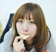 ココナッツチップスを食べる