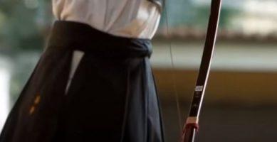 弓道をしている女性