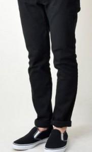 黒のスキニーパンツ