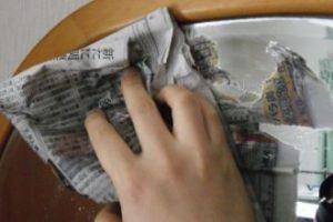 新聞紙が鏡にくっつくことがあるので注意