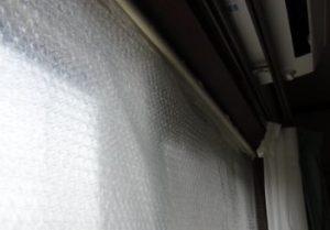 つっかえ棒とプチプチで窓断熱