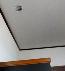 タンスの転倒防止に突っ張り棒を使うと天井に穴があいた