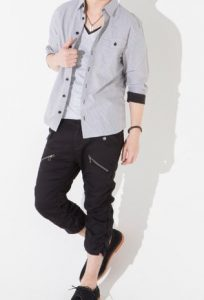 グレーのシャツに黒パンツ