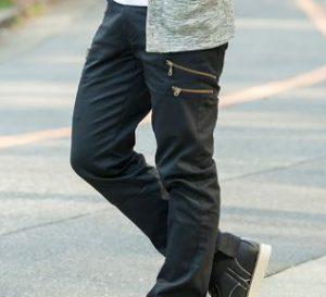 グレーのシャツに合う黒パンツ