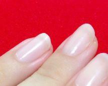 マニキュアで爪が白く濁る