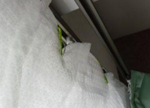 レースカーテンをプチプチと洗濯バサミで断熱性アップ