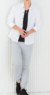 黒Tシャツと白シャツのコーデ