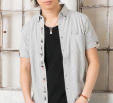 黒Tシャツとグレーシャツのコーデ