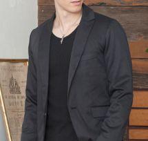 黒Tシャツに黒ジャケットのコーデ