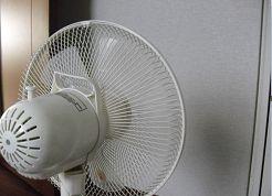 扇風機を壁に向ける