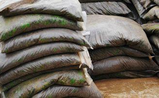 肥料の袋がコバエの発生源
