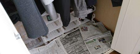 クローゼットの湿気対策に新聞紙を敷く