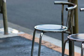 椅子で弓道の練習