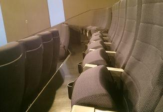 映画館にハンバーガーを持ち込むとバレる