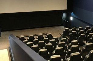 映画館にハンバーガー持ち込みはばれる