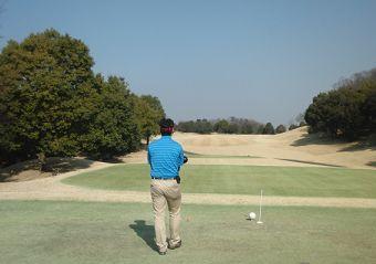 ゴルフ場にデニムシャツで行くとマナー違反