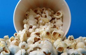 映画館でポップコーンにバターを追加してもらう