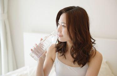寝る直前だけトイレに何度も行きたくなる人は水分補給にも注意