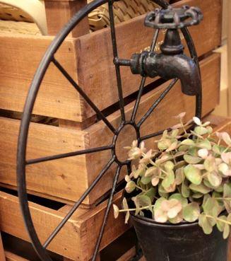 なぜ車輪がガーデニングで飾られているのか分かれば、もっとステキに見える