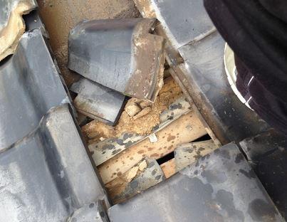 台風中のランニングではトタン屋根や瓦にも注意が必要