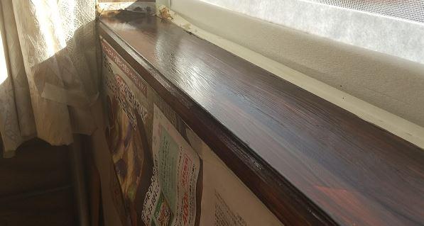 窓枠の木が劣化でボロボロ!表面を剥がして塗装・補修してみた