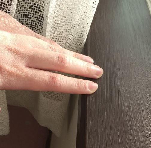 窓枠の木が結露による劣化でボロボロ!表面を剥がして塗装・補修してみた