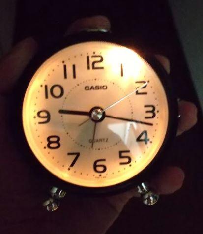 カシオの目覚まし時計TQ-149-5JFのライトを点灯させている様子
